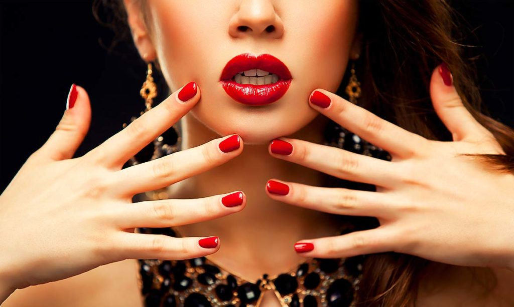 Mettere lo smalto per le unghie